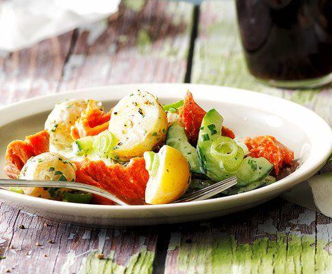Salade de pommes de terre avec saumon effiloché