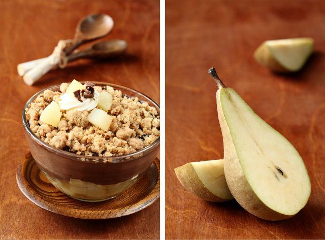 Chocolate dessert with pears and crunchy shtreyzelem / Sobremesa de chocolate com pêras e cobertura streusel