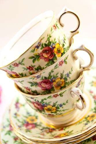 Love the vintage-y style of these tea cups.