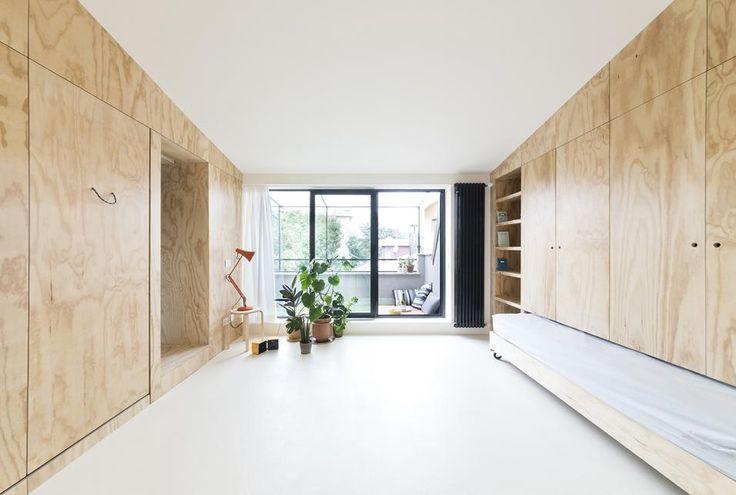 IDEE SALVA-SPAZIO PER UNA CASA EXTRA-SMALL: FINITURE Pavimenti in cemento rivestito da smalto epossidico bianco (azzurro in cucina e bagno). Le pareti laterali attrezzate sono in Batipin, multistrato di pino, realizzate da un falegname. Nell'angolo vasi Phytophiler di Dossofiorito.