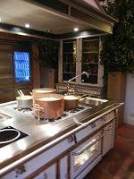 #RiccardoBarthel è un mondo di design: stanze su stanze, che si inseguono come un labirinto, zeppe di cucine, bagni, mattonelle, tavolini, pomelli, rubinetti, maniglie, lampade, applique e tantissimo altro. E poi c'è il laboratorio per chi fa i vetri, quello per chi fa i bronzi.