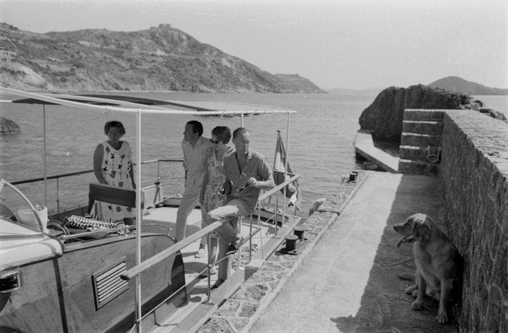 25 juli 1965 Porto ercole Prinses Beatrix  haar verloofde Claus von Amsberg Koningin Juliana  en Prins Bernhard  aan boord van het jacht 'budy' Joris wacht geduldig.