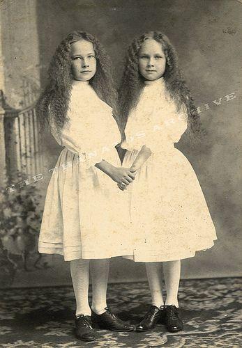 .Creepy Victorian, Around The House, Vintage Twin Girls, Era Women, Families Photos, Creepy Children, Creepy Pics, Victorian Era, Creepy Twin