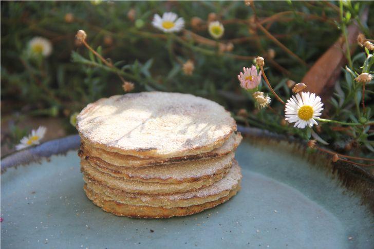 Al igual que el pan pita de linaza, el pan pita de quinoa es muy nutritivo y sin gluten. No sube con la levadura, por lo que queda un pan más denso y plano. Tiene rico sabor y textura. Es un poco m…