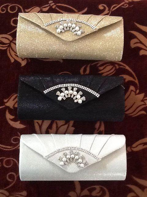 Avondtasjes zijn een belangrijk accessoire bij uw gala outfit. De tasjes op de foto zijn €16.95.