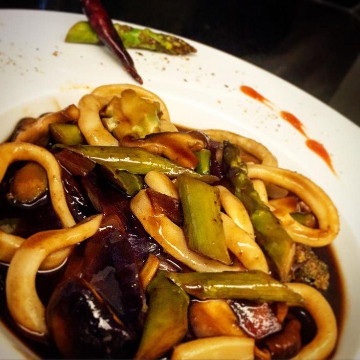 Lula aspargus brocolis e shitake com molho de ostras e tamarindo picante! #calamari #asparagus #brocoli #shiitake #oystersauce #tamarind #asianfood #thaifood #thaicuisine #beautifulcuisines #truecooks #truecooksfoodporn #thefoodiehub #foodie #foodporn #foodshare #foodstarz #foodstyling #foodinspiration #gastroart #gastronomy #gastronogram #instagourmet #instafoods #cheflife #chefstalk #chefstuff #chefsofinstagram #culinarylife #theartofplating #thefoodiehub by leolott