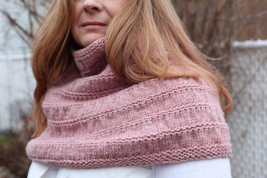 Chauffe-épaule+facile+à+réaliser.+Il+se+tricote+en+rond+du+haut+vers+le+bas.