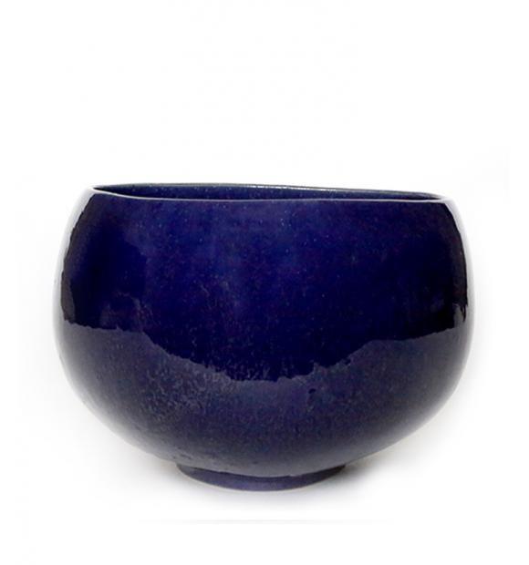 Bowl no. 9  fra RO - Designet af Rebecca Uth, med tanke på funktionalitet og organiske former.  Formet i stentøj og glaseret med en smuk dyb ultramarine.  Bowl fra Ro Collection er en serie af skåle som alle er organiske med en trekantet form. Den bløde form virker let, da den lille fod på skålen nærmest løfter den fra bordet.   Bowl fås i flere størrelser fra det lille saltkar til det store frugtfad.  Bowl skålene fra Ro er ovnfaste og kan gå i opvaskemaskinen.  Mål: H 13,5 x  Ø 22 cm