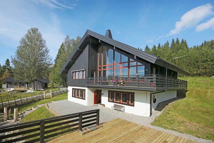 Välkommen till detta härliga hus i Ängarna som erbjuder stora sociala utrymmen och panoramafönster mot Renfjället med uthyrningslägenhet i bottenplan ...