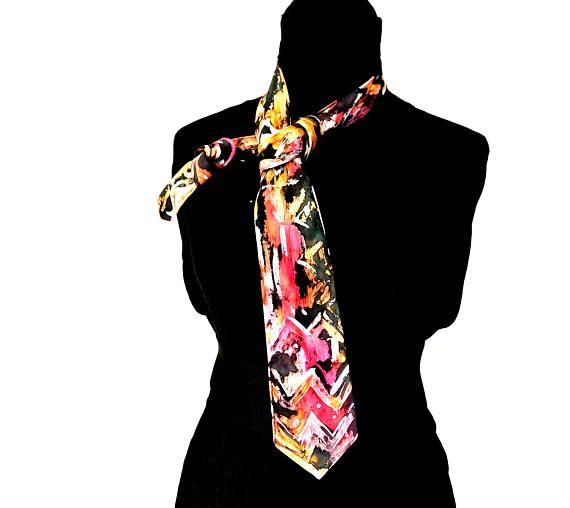 Cravatta dipinta a mano in seta per uomo con colori rosso ed