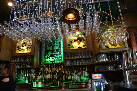 Olde Dublin Pub: Located above the Claddagh Oyster House, you'll find this Irish pub, which offers everything from fish and chips to pasta, burgers and quesadillas, as well as seafood items at reasonable prices.