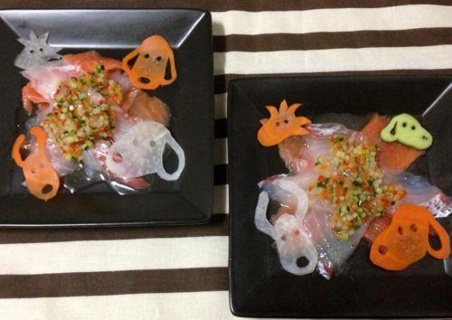"""""""carudamon119:  akko3barca バル太郎 今日は息子の誕生日☆この日の為にスペシャルディナーを用意しました!まずは前菜。真鯛とサーモンのカルパッチョ スヌーピーを添えて♡ 続いてスープ。カボチャの冷製スープ スヌーピーのパスタを浮かべて♪ メインディッシュはチキンカツレツ カポナータ風ソース。付け合わせのマッシュポテトもスヌーピーで型取りました♪ メロンと桃のレアチーズケーキで〜す!*。:゚+.゚*。:゚+.゚メロンの薔薇が気合いの表れ!スヌーピーはマジパンとクッキーで作ってあります♡ しまった!出すのを忘れていたが、こちらは旦那が作ったスヌーピーパンです♪甘くないプレーンのパン。あぁカボチャスープの時に出せばよかった〜 SNOOPY Dinner Happy Barthday  """""""