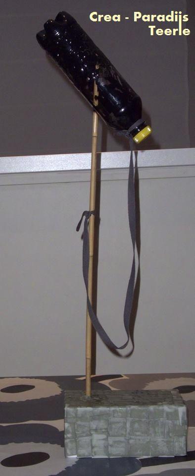 gevonden op: https://www.facebook.com/teerle/ MICRO MAKEN activiteit voor wie de zangMICRObe te pakken heeft wat heb je nodig: - piepschuim doos  - stokje (aangepast aan de grootte van de artiest) - 1/2l flesje - stukje touw - papiersnippers - verf - behangerslijm (poeder wordt aangelengd met water) Breng verf (+eventueel enkele druppels water) in de fles. Schroef de dop erop. De verf verdeel je door met de fles te schudden en te rollen. Laat een tijdje drogen. Prik de stok in de  voet.