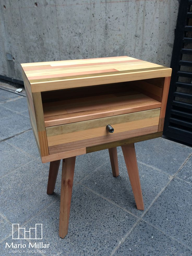 velador de madera natural con espacio
