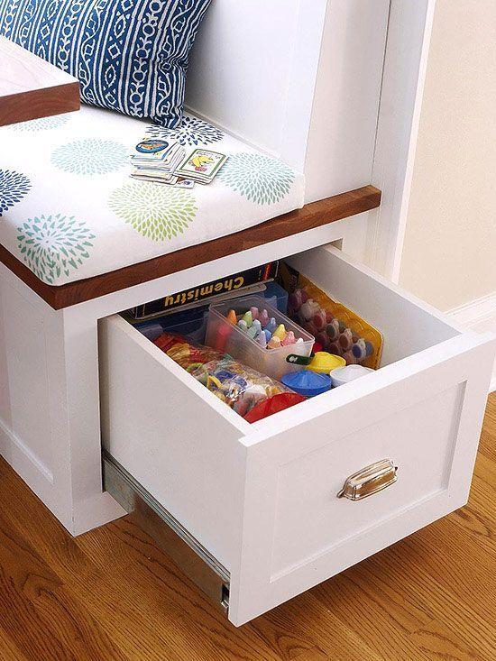 Aproveitar os espaços é uma ótima opção com gavetas e baús embaixo do assento.