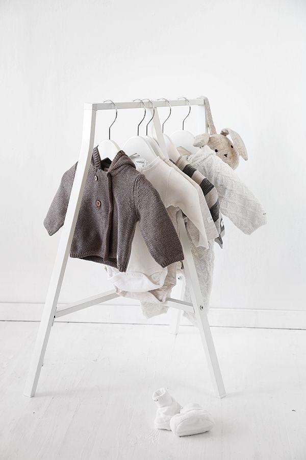 IKEA's benbock LERBERG i vitt blev en perfekt (och billig!) liten klädhängare i miniatyr. Priset? Ynka 60 kr. Ett superenkelt DIY-tips till barnrummet om du har ett gäng fina små babyplagg som du inte vill stänga in i en garderob eller byrålåda i väntan på användning.