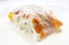 Milchrahmstrudel oder auch Millirahmstrudel ist ein Klassiker der österreichischen Strudelküche und schmeckt mit Vanillesauce besonders köstlich.