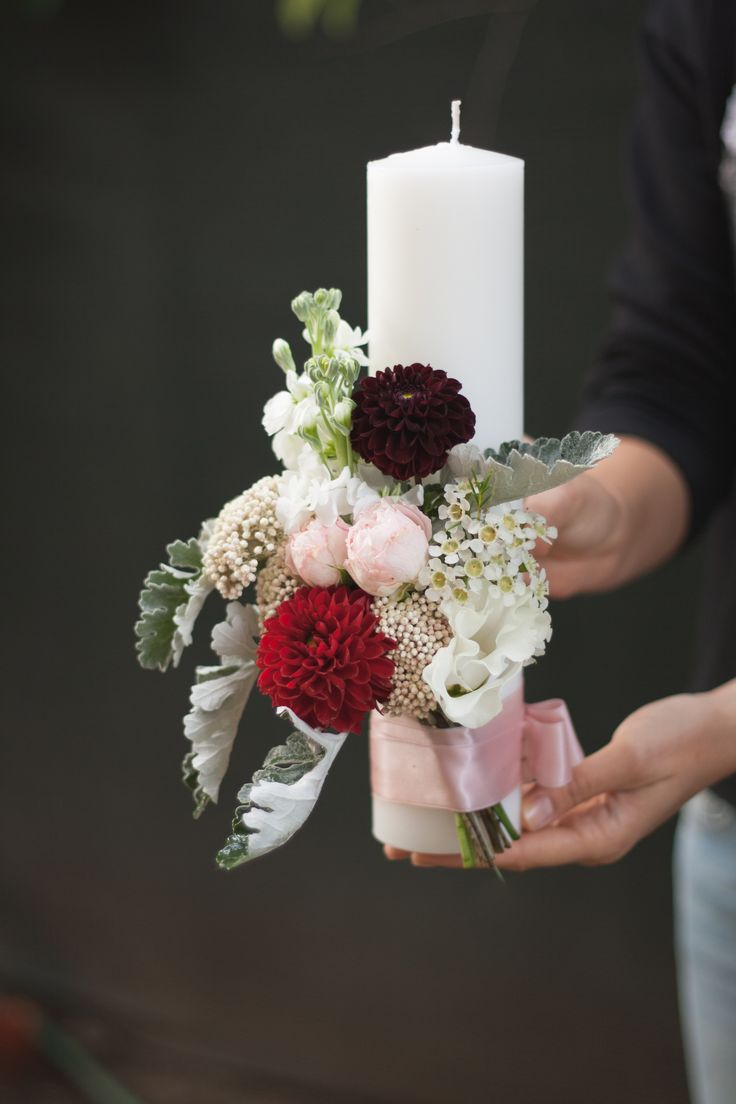 A simple and elegant candle for your wedding. Red, white and delicate shades of pink.