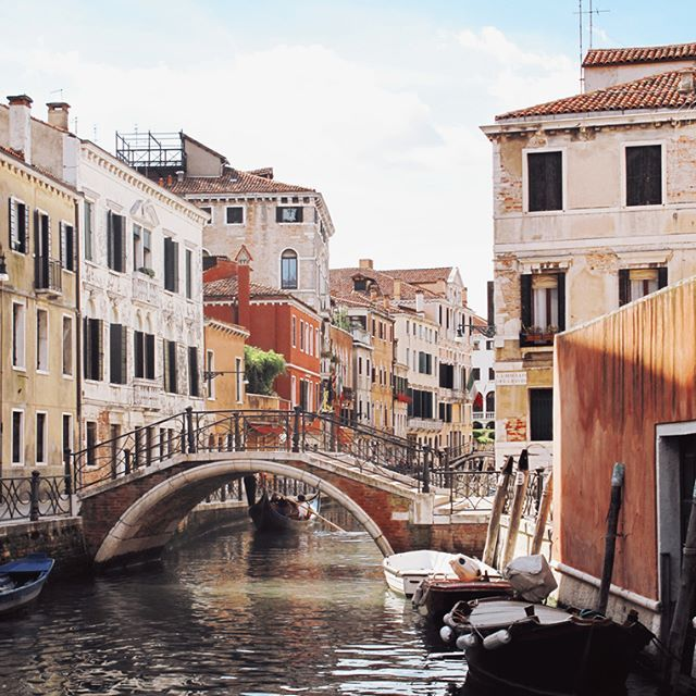 Happy Sunday ☺️ . . . . . . . . . . #ig_italia #ig_italy #venezia #venice #venise #girlwhotravel #venise #memories #instagood #instadaily #wanderlust #lifestyle #travelphotography #travelgram #travel #instatravel #italy #igers #travelblogger #worldtraveler #igersitalia #italien #italian_places #dimanche #sunday #canon #traveller #igtravel