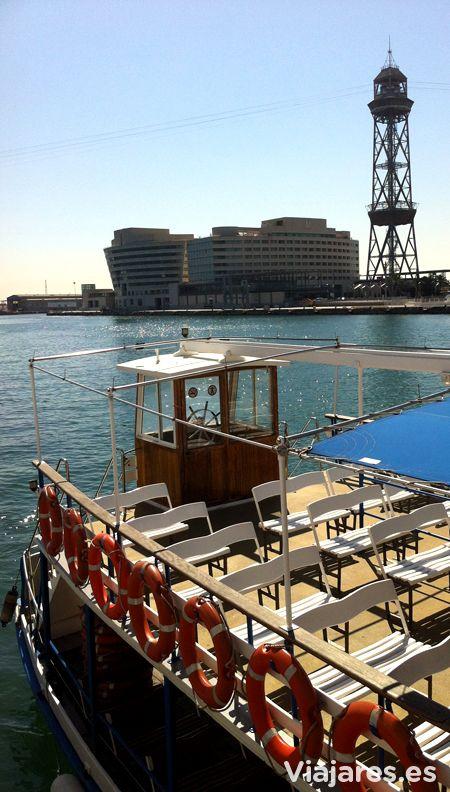 Golondrinas en el Puerto de Barcelona. Con esta empresa centenaria puedes dar un paseo por el puerto o salir al mar y llegar hasta la zona del Puerto Olímpico. #Barcelona #VisitBarcelona #BCN #puerto #golondrinas #sea #mar #harbour #torre