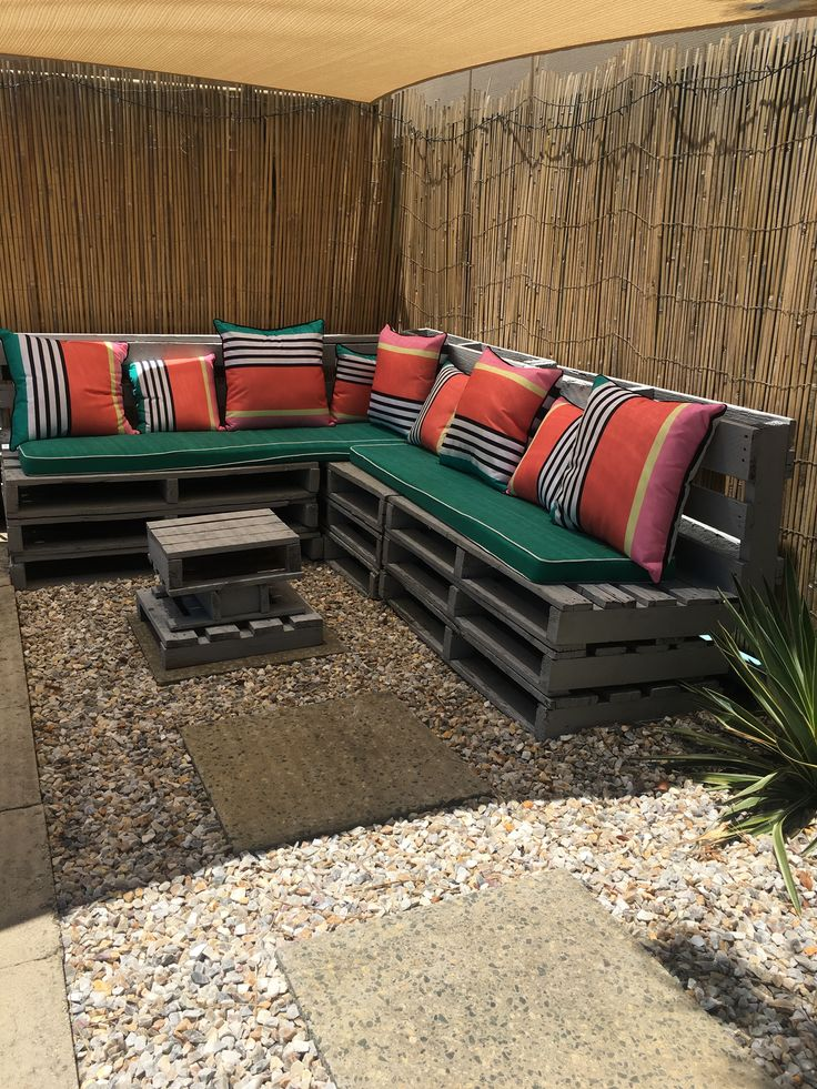 Outdoors area with pallet couch DIY