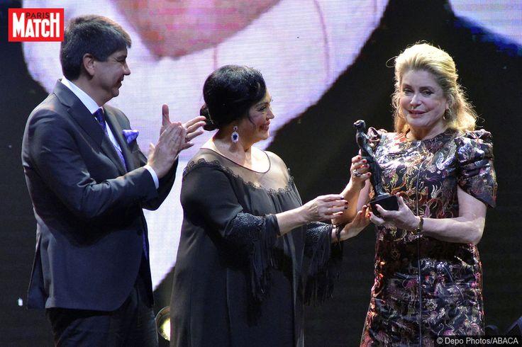 Actuellement de passage en Turquie dans le cadre de la 52e édition du Festival international du film d'Antalya (qui se tiendra jusqu'au 2 décembre), Catherine Deneuve était au centre de toute l'attention ce dimanche sur la scène des festivités. Invitée d'honneur, l'iconique actrice française a ainsi été récompensée pour l'ensemble de son prestigieux parcours. Une récompense remise par l'actriceTürkân Şoray et le maire de la ville d'Antalya,Menderes Türel.En images : Il était une fois…