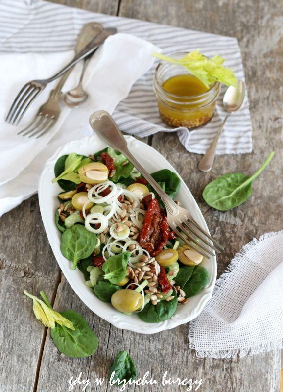 Sałatka ze świeżego szpinaku i suszonych pomidorów i oliwek