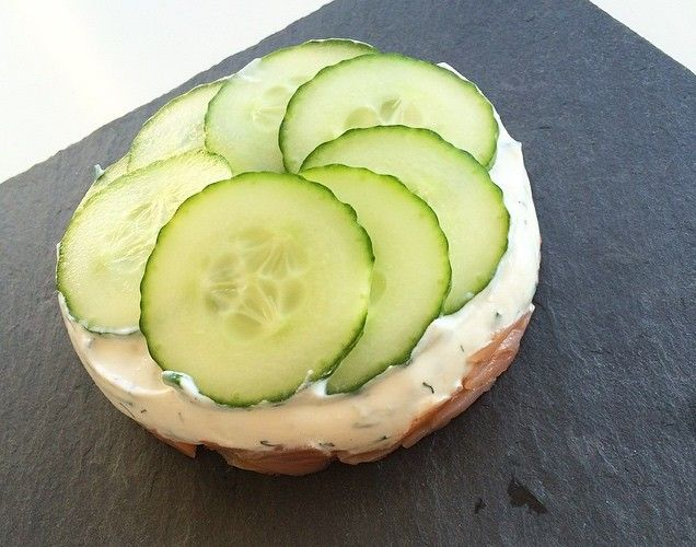 Saumon fumé ✅ crème ail et ciboulette ✅ concombre ✅ frais & léger ce soir !