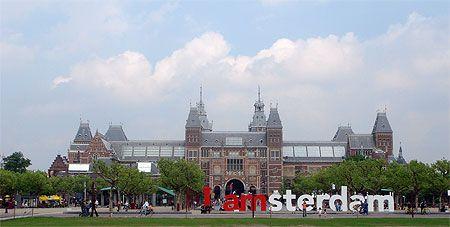 Amsterdam > Vondelpark et quartier des musées  Autour du Vondelpark, poumon vert d'Amsterdam très agréable dès les beaux jours, se trouve un quartier chic, calme et résidentiel, ainsi que les trois grands musées d'Amsterdam (le Rijksmuseum, le Van Gogh Museum et le Stedelijk Museum). Le quartier du Vondelpark se situe en face de la Leidseplein, de l'autre côté du Singelgracht.