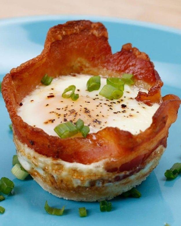 Cestinhas de queijo, ovo e bacon. | 27 receitas deliciosas e fáceis de fazer se você não sabe o que jantar