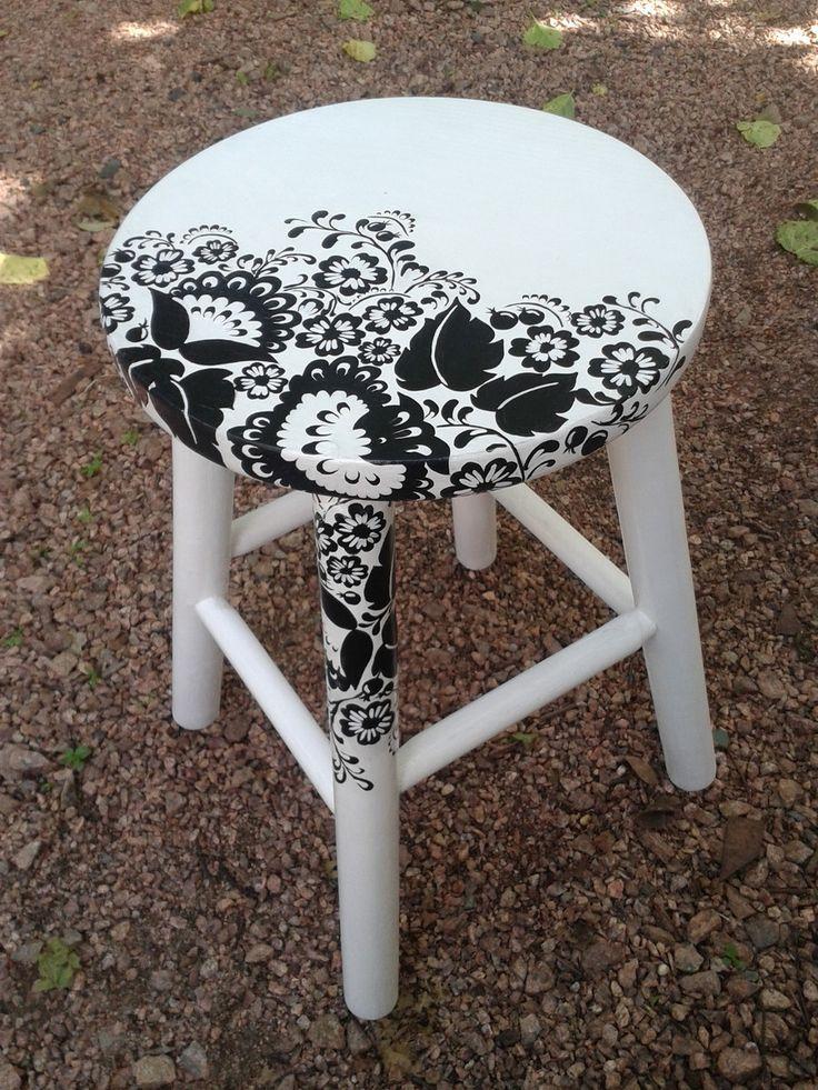 """Banco de madeira com tampo pintado à mão, acabamento em verniz com brilho. Motivo """"Floral preto e branco"""". <br>Dimensões: altura 45cm, base 30cm, tampo 28cmx2,5cm"""