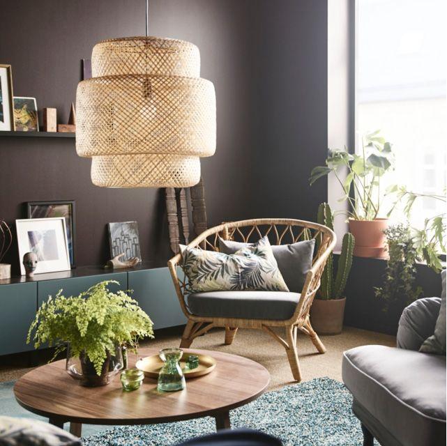 Ett vardagsrum med SINNERLIG taklampa som ger ett spritt ljus ovanför STOCKHOLM soffbord