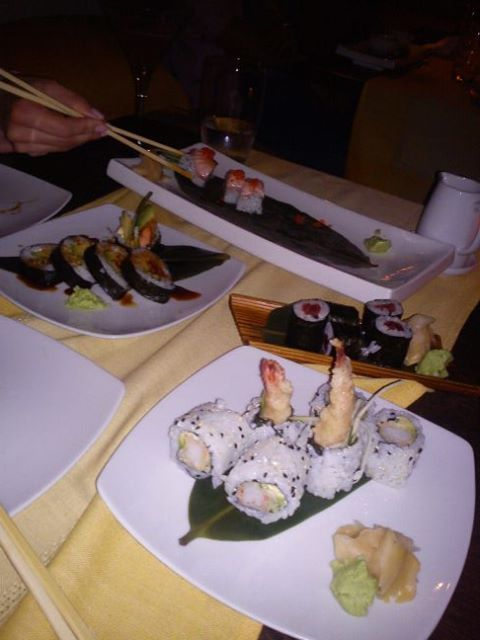 Sushi time in Firostefani ( the best ever...Cosmopolitan cocktails!!)