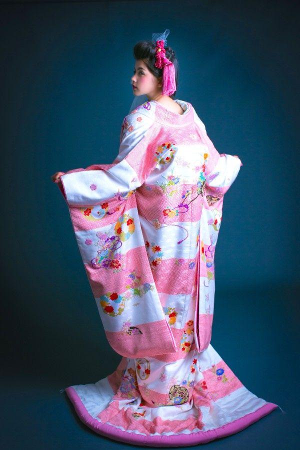 打掛『白桃疋田花衣』、掛下『薄緑紗綾』絞り模様と地模様のボーダー配色が一見めずらしいですが、着てみると可憐で柔らかな印象です。軽い着心地の優しい色打掛。