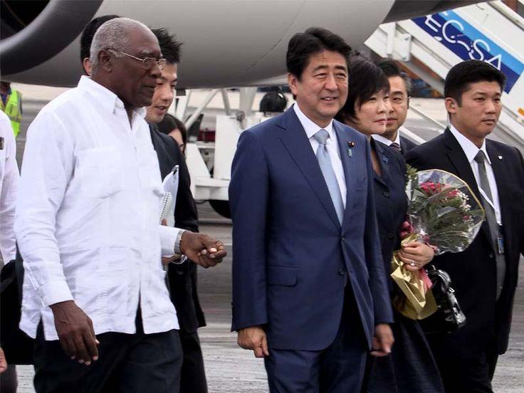 Abe será o primeiro líder japonês a visitar Cuba. O primeiro-ministro japonês, Shinzo Abe, e o presidente cubano Raul Castro se reúnem em Havana. Abe é o primeiro líder japonês a visitar a nação caribenha