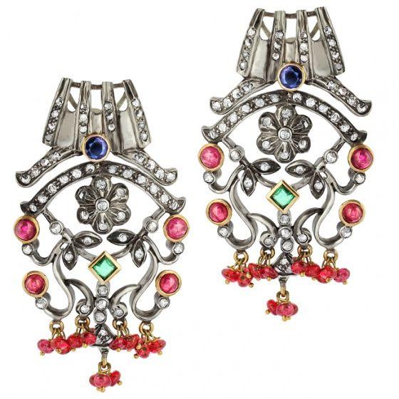 Серьги с рубинами: Стерлинговое серебро,  120 алмазов 2,4 карата, 2 природных изумруда 0,2 карата, 34 природных рубина 1,2 карата, 2 природных сапфира 0,5 карата.