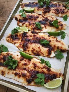 Het recept voor heerlijke gegrilde vis met zoete chilisaus. Simpel, snel klaar en gezond!Dit gerecht is best wel pittig maar toch niet zo pittig dat je de vis niet meer proeft. Met zelfgemaakte chilisaus! Recept op cookingdom, via bron