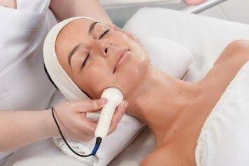 FACIAL ULTRASOUND. Manfaatnya untuk melembutkan kulit yang rusak akibat sering terpapar sinar matahari. Serum perawatan wajah efektif untuk diserap menggunakan alat yang berfungsi sebagai ultrasound. Alat FACIAL membantu penyerapan serum lebih efektif ketimbang hanya dengan cara topikal atau dioleskan. Menggunakan metode mutakhir alat2 facial dan dikombinasikan dengan produk DERMANORM dari German.