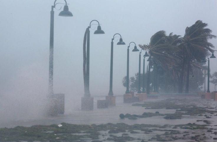 Irma pasó este miércoles por la tarde al norte de Puerto Rico con una fuerza descomunal —vientos sostenidos de 295 kilómetros por hora— pero no impactó de lleno en la isla. El ojo del huracán se mantuvo a unos 50 kilómetros de distancia de sus costas prosiguiendo ruta hacia el noroeste a 25 kilómetros por hora.   #DESASTRE NATURAL #HURACÁN IRMA #MIAMI