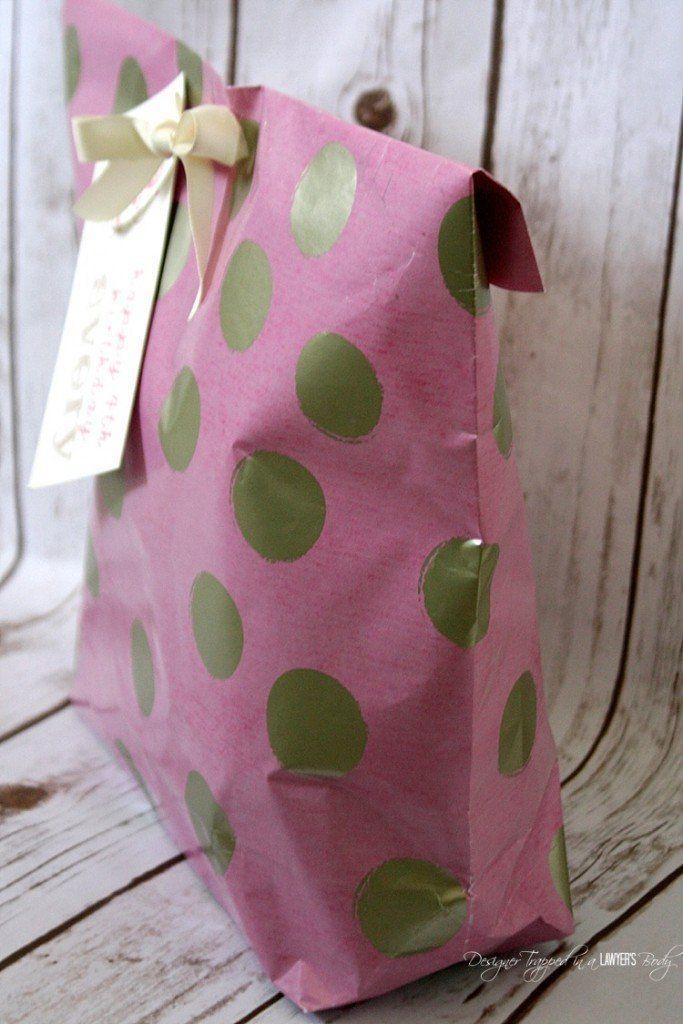 Sommige dingen kan je moeilijk inpakken! Maak van inpakpapier een prachtige 'gift bag'. Perfect voor Sinterklaas en Kerst!
