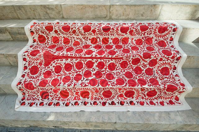 TREE OF LIFE, SILK ON COTTON Deze Suzanikleden uit Oezbekistan worden gemaakt door de vrouwen in de familie om te worden meegegeven als cadeau voor de bruidsschat. Men begint er vaak bij de geboorte van een dochter al aan.  Het zijn prachtige kleden, als wandkleed, plaid over de bank, als sprei of tafelkleed. Deze suzani heeft een afbeelding van de levensboom, puur zijde op katoen en met een haaknaald geborduurd, de optimale vorm van borduren.