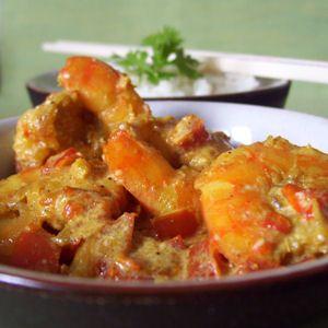 Curry cremeux aux crevettes (3 points) 500 gr de crevettes 1 oignon 1 poivron 1 cullère à café d'huile 2 cuillères à soupe de poudre de curry 15 cl d'eau 1 yaourt au lait entier