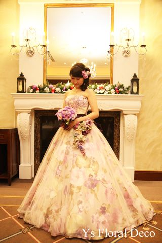 こちらの新婦さんのお色直し時のご様子です。白ドレスから、紫色の花柄のドレスにお召し替えです。目線をおとしてブーケを見つめる新婦さん、素敵ですね(^^) お...