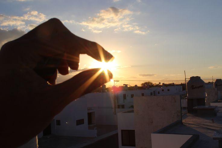 EL SOL Técnica: gran abertura del diafragma para que se vea como silueta la mano y resalte el sol