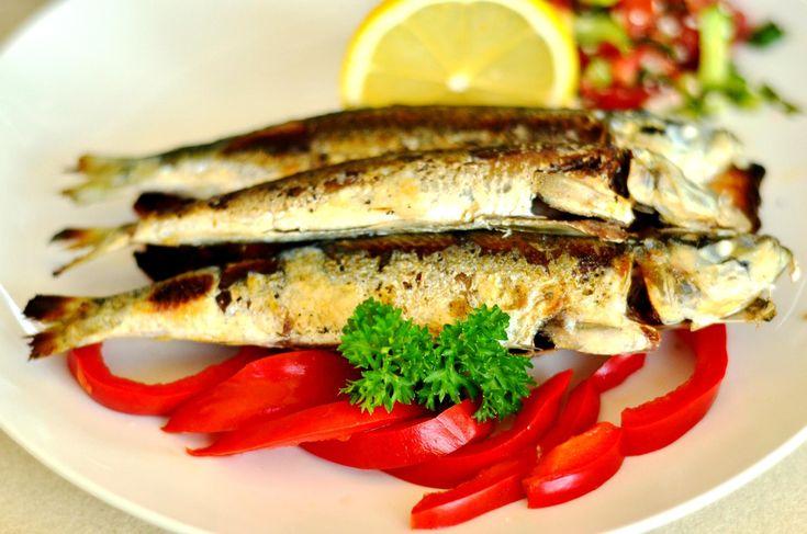 Am găsit în sfârșit sardinele la care poftim amândoide o săptămână, mai ales Claudia. O parte le-am fript pe grătar, o parte le-am prăjit tempura. Despre tempura nu prea am ce să vă povestesc, am explicat pe larg în acest post ce și cum. În schimb sardinele fripte aparent banal pe grătar merită două vorbe și-o vorbă bună. Ca să am deplină înțelegere asupra momentului culinar artistic, am desfăcut o sticlă de Sauvignon Blanc, de la prietenii de la Tohani. So far, very good. Am incins…