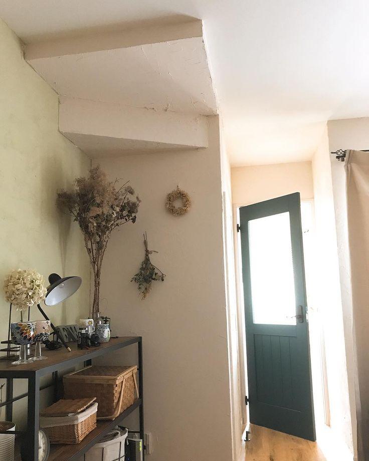 #リビング のお気に入りの一角🏠  古いものが好きでインテリアは古材のものに目がいきがち。  #livstagrammer#interior#living#mygoodroom#roomclip#LIMIA#instahome#coffeetime#DIY#暮らし#ナチュラル#カフェ風#インテリア#リビング#リビングインテリア#オーダードア#オーダーラグ#unico#漆喰壁#diy女子#古材#アイアン#ふたりぐらし #新婚夫婦