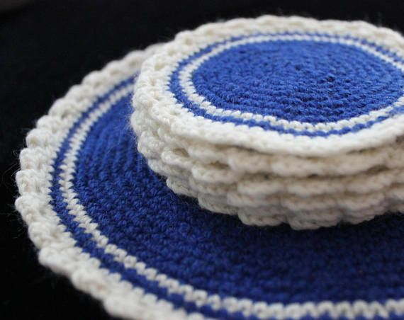 White blue crocheted pot and 6 cups holders
