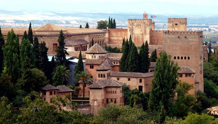 el castillo de la Alhambra desde el Generalife (Granada, Spain)