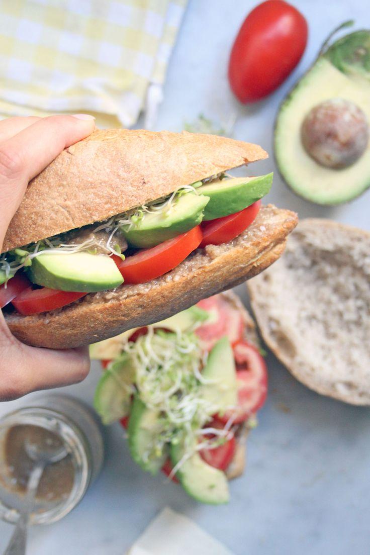 Panino con pomodori, avocado, tahina e germogli.  http://dilycious.com/ricette/panino-light-mare-pomodoro-avocado/