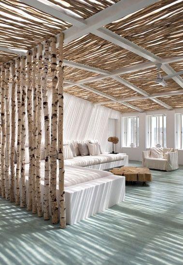 Terrasse sous un toit de branches de bois... super jeu de lumière au sol !